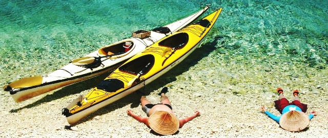 シーカヤックでバラス島へ。ここは珊瑚のかけらでできた島。透明な海の前でお昼寝。